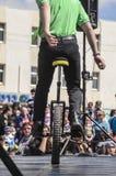 啤酒舍瓦,以色列- 2015年3月5日:自行车车轮的少年男孩,一在露天舞台-普珥节站立 库存图片
