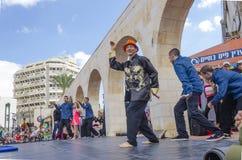 啤酒舍瓦,以色列- 2015年3月5日:跳舞城市的露天舞台的-普珥节小组男性舞蹈家 免版税库存图片