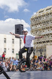 啤酒舍瓦,以色列- 3月5 -自行车车轮的少年男孩,一在露天舞台-普珥节站立 免版税图库摄影