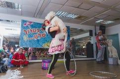 啤酒舍瓦,以色列-有一条白色长卷毛狗的小丑妇女在她的胳膊2015年7月25日 免版税库存图片
