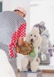 啤酒舍瓦,以色列-男性小丑和一条白色长卷毛狗, 2015年7月25日 库存照片