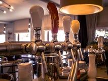啤酒草稿在餐馆 免版税库存图片