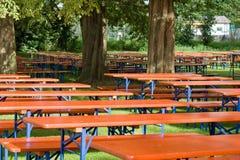 啤酒表和长凳 免版税库存图片