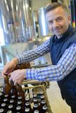 啤酒装瓶的工厂的工作者 图库摄影