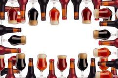 啤酒装饰艺术框架在瓶和葡萄酒杯的有在白色背景-贮藏啤酒,红色强麦酒,搬运工-隔绝的泡沫的 免版税图库摄影