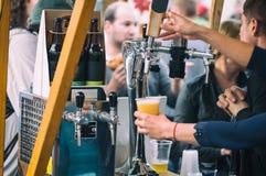 啤酒轻拍特写镜头在开放食物市场上在卢布尔雅那,斯洛文尼亚 库存图片