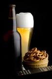 啤酒远程控制椒盐脆饼 库存图片