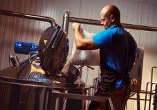 啤酒酿造厂的酿酒者 免版税库存照片