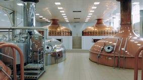 啤酒酿造工作的金属坦克在一种现代设施 影视素材