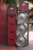 啤酒钢条板箱的小桶 库存图片