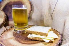 啤酒面包用乳酪和在木背景安置盘 库存图片