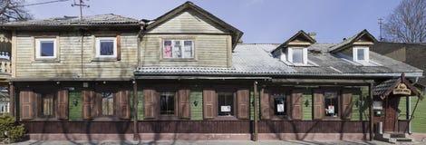 啤酒餐馆在木房子里 免版税库存图片