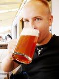 啤酒饮用的人 免版税图库摄影