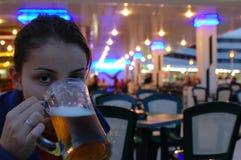 啤酒饮用的女孩年轻人 免版税图库摄影