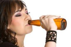啤酒饮用的女孩 免版税库存照片