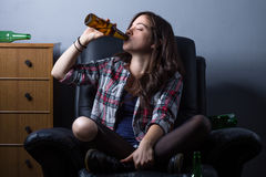 啤酒饮用的妇女 库存照片