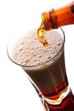 啤酒黑暗倾吐 图库摄影
