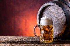 啤酒 两冰镇啤酒 桶装啤酒 草稿强麦酒 金黄的啤酒 金黄强麦酒 两与泡沫的金啤酒在上面 在玻璃ja的草稿冰镇啤酒 库存图片