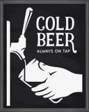 啤酒轻拍和手有玻璃广告的 传染媒介葡萄酒例证 向量例证