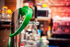 啤酒轻拍在用于桶装啤酒或客栈的餐馆 免版税库存图片