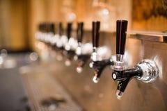 啤酒轻拍 图库摄影