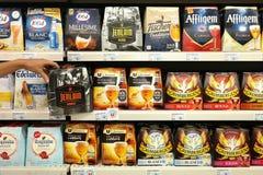 啤酒6组装在商店 库存照片
