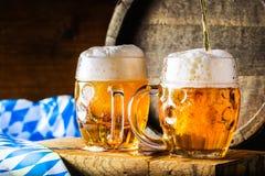 啤酒 OktoberfestTwo冰镇啤酒 桶装啤酒 草稿强麦酒 金黄的啤酒 金黄强麦酒 两与泡沫的金啤酒在上面 草稿冰镇啤酒 免版税库存照片