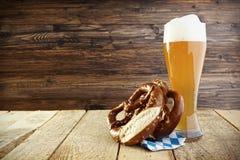 啤酒Helles Hefeweizen和椒盐脆饼;慕尼黑啤酒节 免版税库存图片