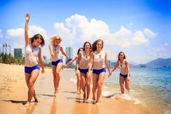 啦啦队员在浅水区波浪手上站立送亲吻 免版税库存照片