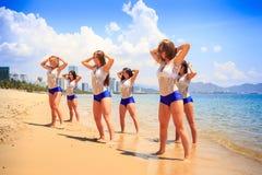 啦啦队员在浅水区站立姿势用在旁边手 图库摄影