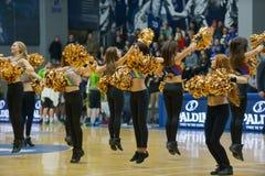 啦啦队员在篮球场跳舞 免版税库存照片