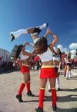啦啦队欢呼运动员支持组眩晕(头晕)的年轻美丽的女孩欢乐表现  图库摄影