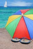 啪嗒啪嗒的响声和沙滩伞 免版税库存照片
