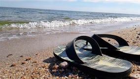 啪嗒啪嗒的响声在海滨,在海滩的黑啪嗒啪嗒的响声站立 股票视频