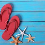 啪嗒啪嗒的响声海星夏天海滩蓝色木背景正方形 库存照片