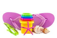 啪嗒啪嗒的响声,使用的模子在沙子,海壳,太阳镜 免版税图库摄影