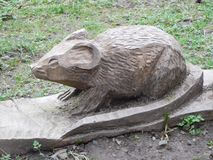 啮齿目动物木头雕塑 免版税库存照片