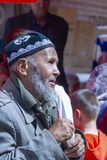 喀什星期天义卖市场的,中国年长Uyghur人 库存图片