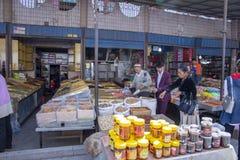 喀什星期天义卖市场,中国的大块食品厂家的顾客 库存照片