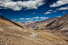 喀喇昆仑山脉范围和路在谷,拉达克,印度 免版税库存图片