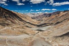 喀喇昆仑山脉范围和路看法在谷在喜马拉雅山 免版税库存照片