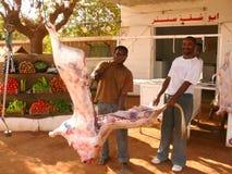 喀土穆,苏丹- 2008年11月22日:两个人裁减肉。 免版税库存照片