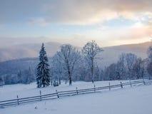 喀尔巴阡山脉的冬天风景日落的 库存图片