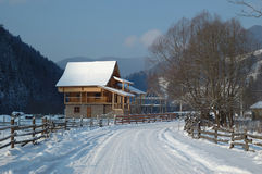 喀尔巴阡山脉的山农村风景冬天 免版税库存图片