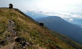 喀尔巴阡山脉的峰顶 用森林报道的山脉在蓝色云彩下 免版税库存照片