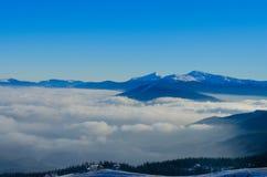喀尔巴阡山脉的积雪的山脉在Bukovel 免版税库存照片