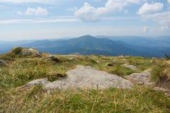 喀尔巴阡山脉的范围的山 免版税库存图片