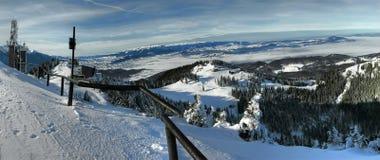 喀尔巴阡山脉的postavaru手段滑雪 免版税图库摄影