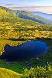 喀尔巴阡山脉在上午,从高度的全景视图,在小山下的Nesamovyte湖环境美化 图库摄影