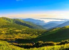喀尔巴阡山脉在上午,从高度的全景视图,在小山下的Nesamovyte湖环境美化 免版税库存图片